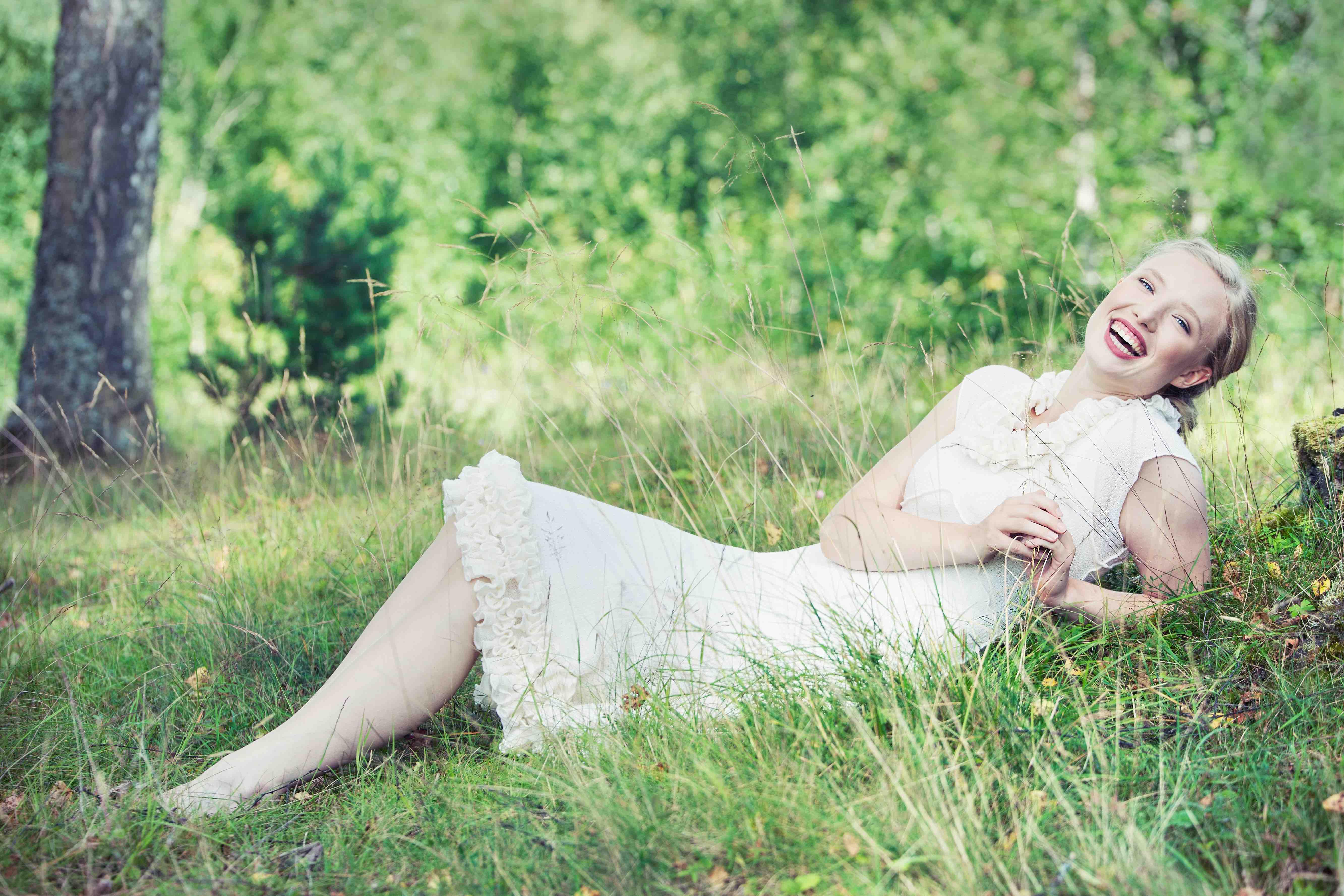 Jente i hvit kjole